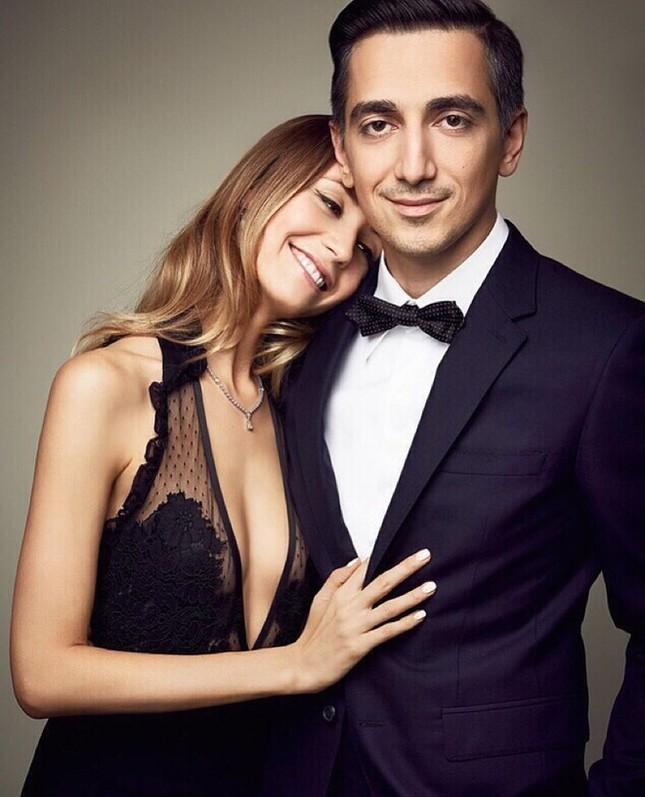 """Cặp đôi tạo trend """"Nắm tay em đi khắp thế gian"""": 10 năm gắn bó hạnh phúc bên nhau ảnh 2"""
