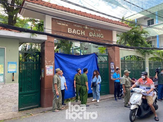 TP.HCM: Cây phượng trong sân trường bật gốc khiến 1 học sinh tử vong, 7 học sinh bị thương ảnh 5