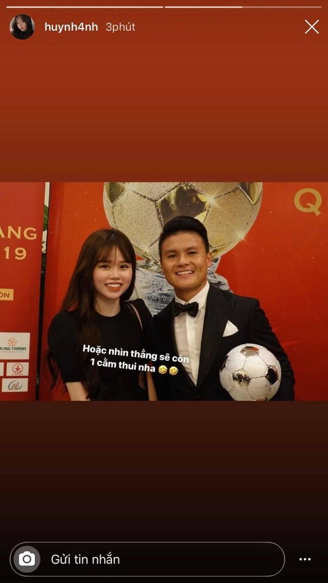 """Dân mạng """"soi"""" ảnh trên mạng khác ngoài đời, bạn gái Quang Hải: Vì trốn dịch nên có 2 cằm! ảnh 2"""