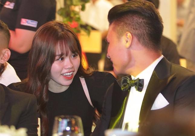"""Dân mạng """"soi"""" ảnh trên mạng khác ngoài đời, bạn gái Quang Hải: Vì trốn dịch nên có 2 cằm! ảnh 3"""