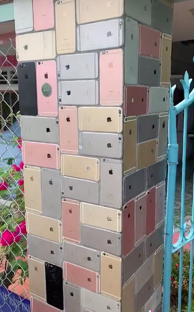 """Trầm trồ trước ngôi nhà """"cực chảnh"""": Dùng hàng trăm chiếc iPhone để... ốp tường! ảnh 2"""