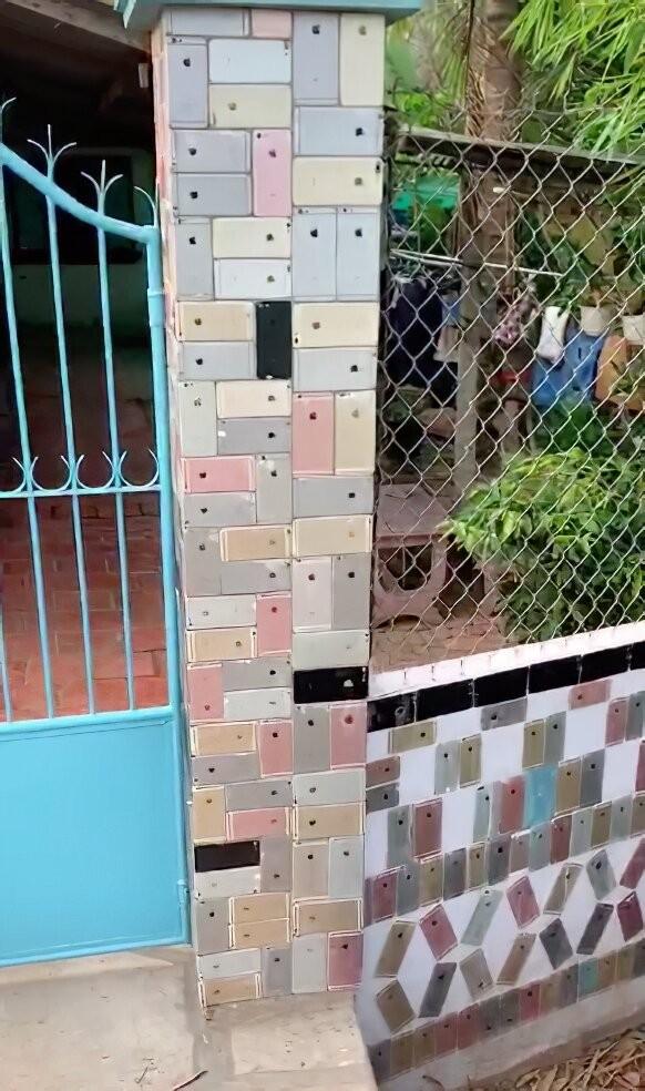 """Trầm trồ trước ngôi nhà """"cực chảnh"""": Dùng hàng trăm chiếc iPhone để... ốp tường! ảnh 1"""