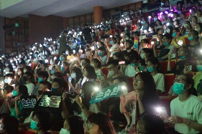 Dream Concert 2020: Các tín đồ K-Pop gặp thần tượng qua màn hình điện thoại, máy tính ảnh 1