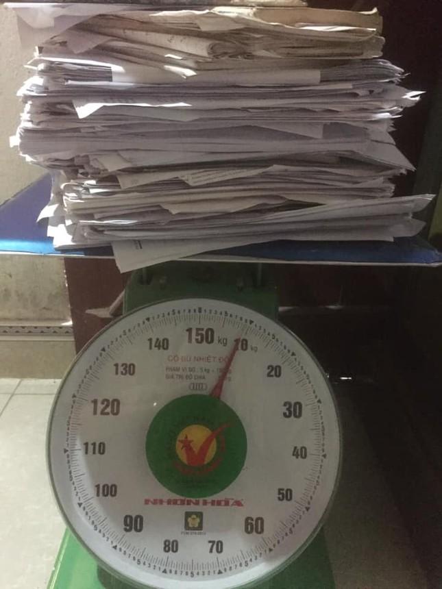 """""""Trend"""" mới của hội sĩ tử hậu mùa thi: """"Đọ"""" cân nặng của sách vở, tài liệu, đề luyện thi ảnh 1"""
