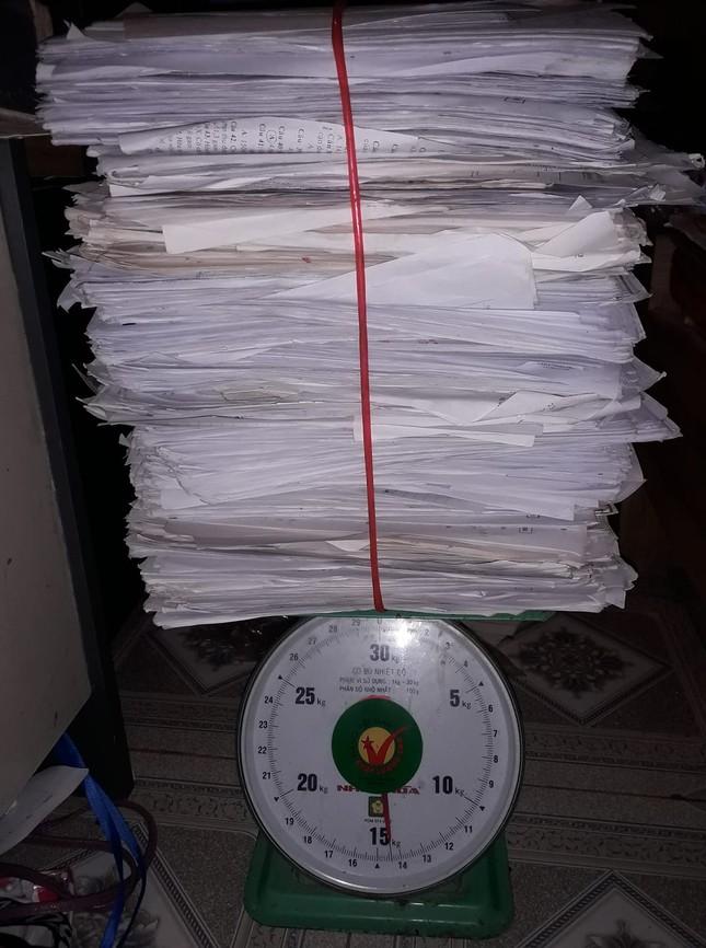 """""""Trend"""" mới của hội sĩ tử hậu mùa thi: """"Đọ"""" cân nặng của sách vở, tài liệu, đề luyện thi ảnh 3"""