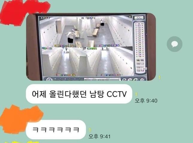 Nữ sinh Hàn Quốc chia sẻ màn hình chụp CCTV quay lén trong phòng tắm nam lên nhóm chat ảnh 1