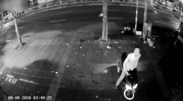 Bị mất camera, gia chủ không ngờ lại chứng kiến hết cuộc sống hằng ngày của tên trộm ảnh 1