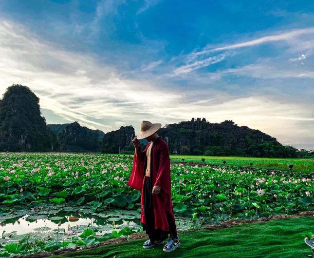 """Ngỡ ngàng hồ sen nở rộ giữa Thu ở Hang Múa (Ninh Bình), giới trẻ tha hồ chụp ảnh """"sống ảo"""" ảnh 8"""