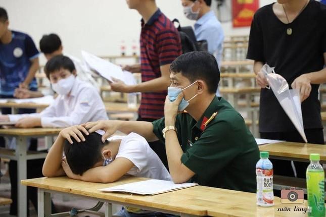 Hình ảnh gây xúc động: Bố xoa đầu, động viên con trai trong ngày làm thủ tục nhập học ảnh 1