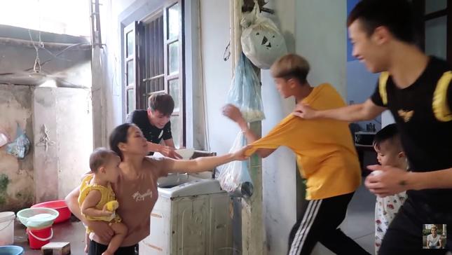 """Nam YouTuber khiến dân mạng ngán ngẩm khi """"thử nghiệm"""" rửa chén bát bằng máy giặt ảnh 5"""