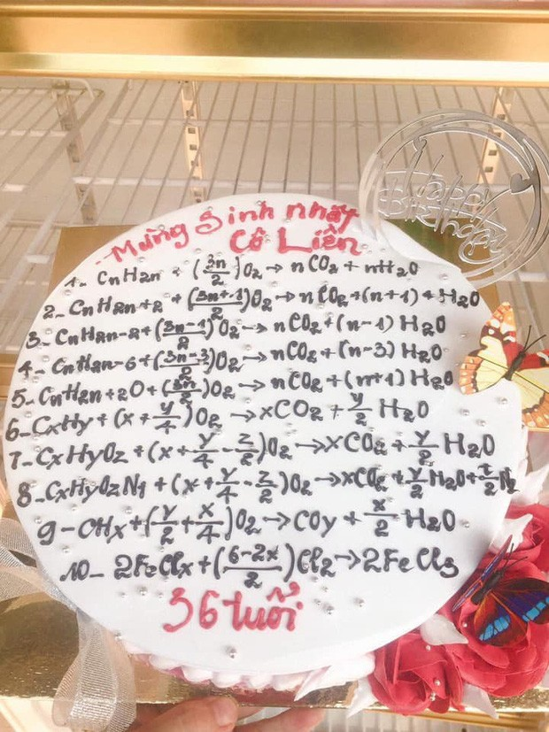 Teen đặt bánh sinh nhật tặng giáo viên: Nhìn phát biết ngay là thầy cô dạy môn gì ảnh 5