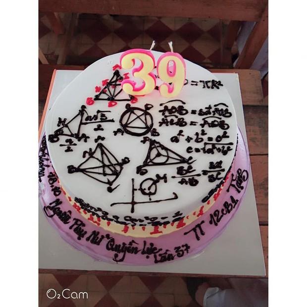 Teen đặt bánh sinh nhật tặng giáo viên: Nhìn phát biết ngay là thầy cô dạy môn gì ảnh 6