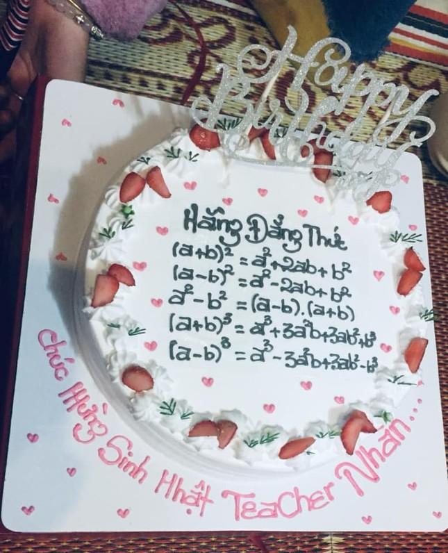 Teen đặt bánh sinh nhật tặng giáo viên: Nhìn phát biết ngay là thầy cô dạy môn gì ảnh 8