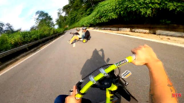 """YouTuber NTN thả dốc mạo hiểm bằng xe cút kít từ đỉnh núi có nhiều khúc cua """"tử thần"""" ảnh 4"""