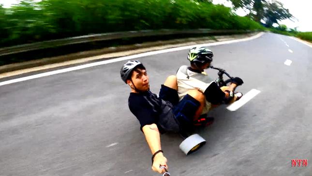 """YouTuber NTN thả dốc mạo hiểm bằng xe cút kít từ đỉnh núi có nhiều khúc cua """"tử thần"""" ảnh 3"""