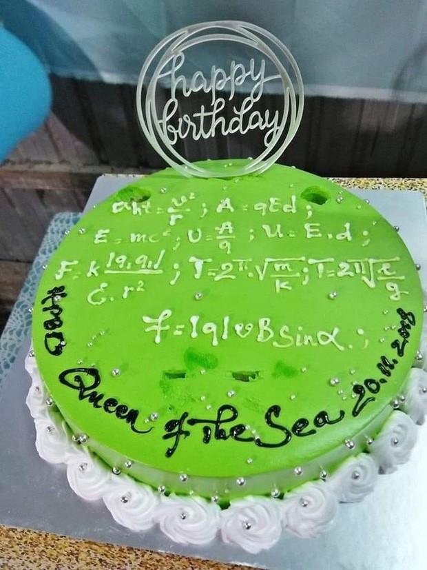 Teen đặt bánh sinh nhật tặng giáo viên: Nhìn phát biết ngay là thầy cô dạy môn gì ảnh 2