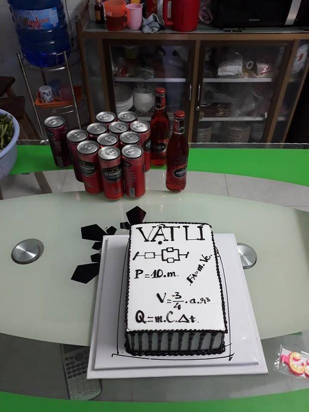 Teen đặt bánh sinh nhật tặng giáo viên: Nhìn phát biết ngay là thầy cô dạy môn gì ảnh 3
