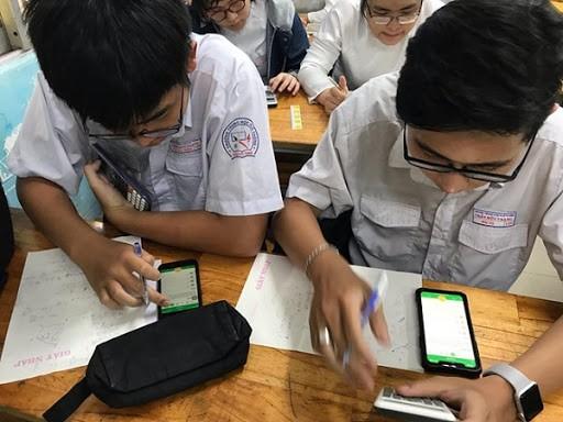 Quy định mới học sinh được phép dùng điện thoại trong lớp học, thầy cô và teen nói gì? ảnh 1