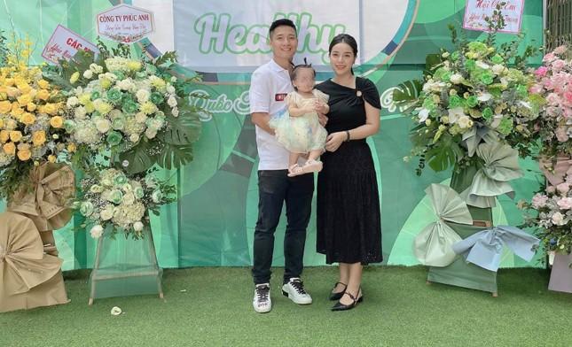 Vợ sắp cưới của Bùi Tiến Dũng khiến cư dân mạng tranh cãi khi đăng ảnh gia đình ảnh 3
