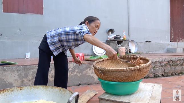 """Bà Tân Vlog tiếp tục bị dân mạng """"soi"""" ra chi tiết mất vệ sinh khi làm món bánh tiêu ảnh 1"""