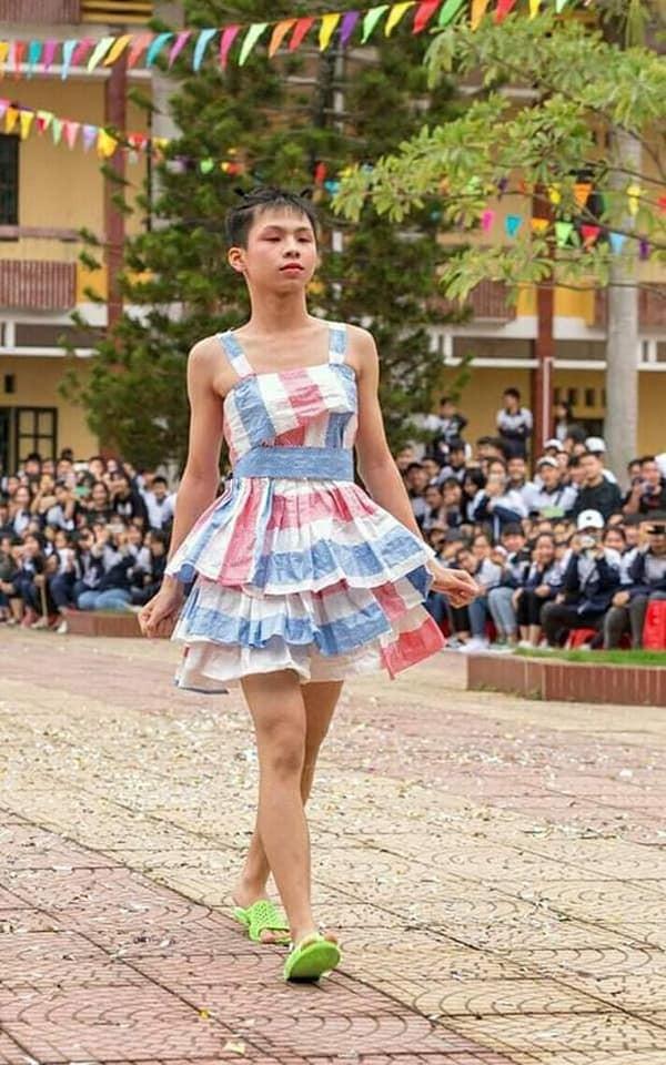 """Khi trường học trở thành """"sàn diễn thời trang"""": Teen diện trang phục siêu độc đáo ảnh 1"""