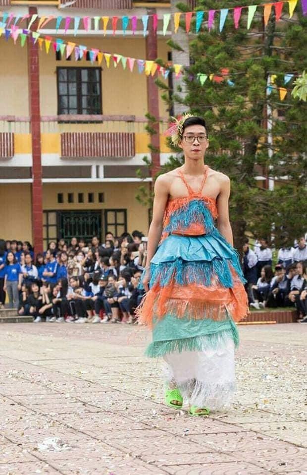 """Khi trường học trở thành """"sàn diễn thời trang"""": Teen diện trang phục siêu độc đáo ảnh 3"""