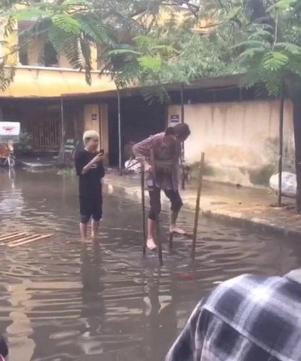 """Sinh viên đi học mùa mưa: Cà kheo là """"phương tiện"""" số 1 được lựa chọn! ảnh 2"""