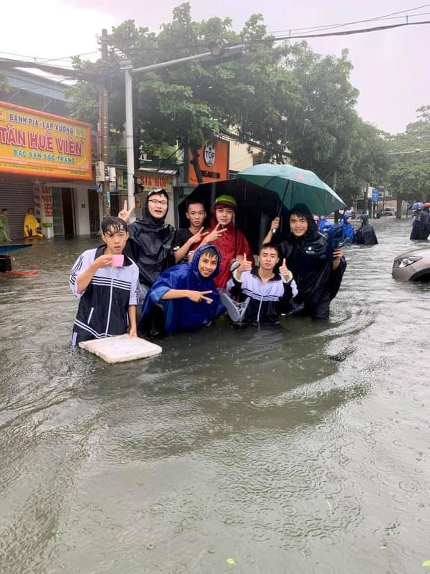 """Sinh viên đi học mùa mưa: Cà kheo là """"phương tiện"""" số 1 được lựa chọn! ảnh 4"""