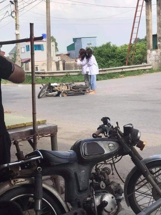 Cộng đồng mạng chú ý tới hành động khó hiểu của hai nữ sinh sau khi bị ngã xe ảnh 2