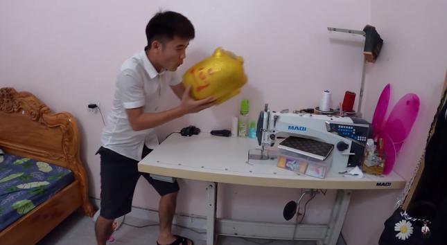 """Con trai Bà Tân Vlog lại tiếp tục bị dân mạng chỉ trích vì làm clip """"lấy cắp tiền heo đất"""" ảnh 1"""