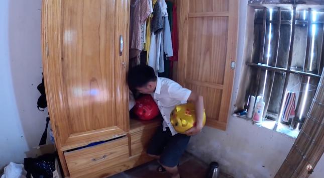 """Con trai Bà Tân Vlog lại tiếp tục bị dân mạng chỉ trích vì làm clip """"lấy cắp tiền heo đất"""" ảnh 2"""