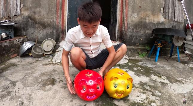 """Con trai Bà Tân Vlog lại tiếp tục bị dân mạng chỉ trích vì làm clip """"lấy cắp tiền heo đất"""" ảnh 3"""