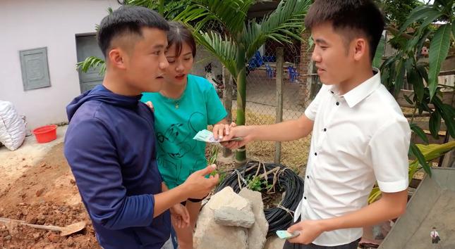 """Con trai Bà Tân Vlog lại tiếp tục bị dân mạng chỉ trích vì làm clip """"lấy cắp tiền heo đất"""" ảnh 5"""