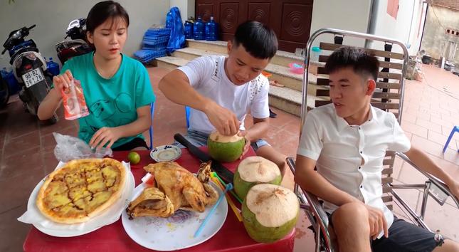 """Con trai Bà Tân Vlog lại tiếp tục bị dân mạng chỉ trích vì làm clip """"lấy cắp tiền heo đất"""" ảnh 6"""