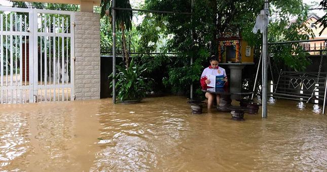 Teen miền Trung: Ngồi ôn bài mà nước ngập tới đầu gối chưa biết khi nào mới trở lại trường ảnh 4