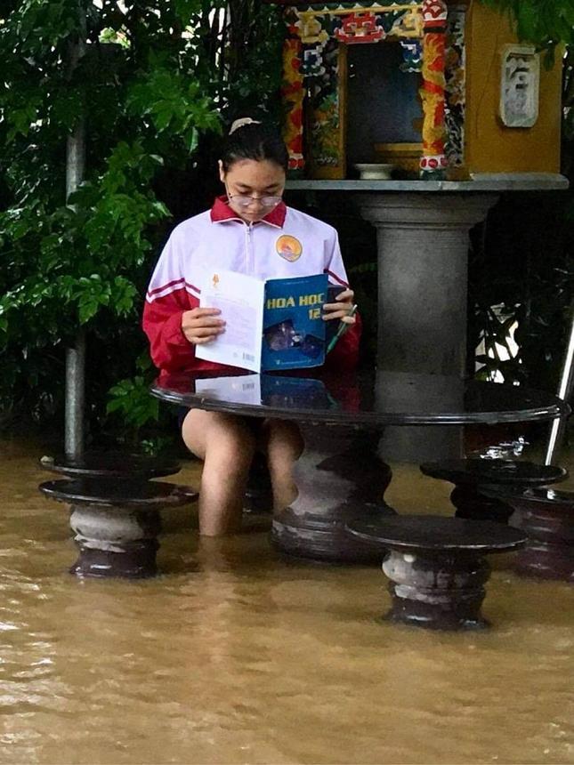 Teen miền Trung: Ngồi ôn bài mà nước ngập tới đầu gối chưa biết khi nào mới trở lại trường ảnh 5