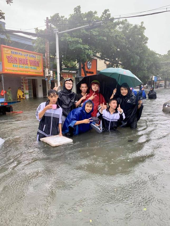 Teen miền Trung: Ngồi ôn bài mà nước ngập tới đầu gối chưa biết khi nào mới trở lại trường ảnh 7