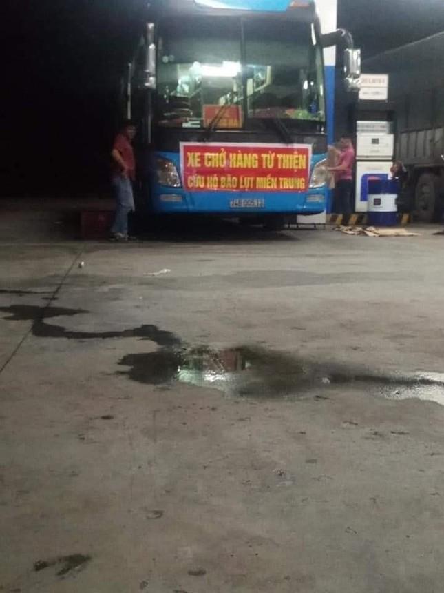Xe chở hàng từ Sài Gòn ra Quảng Trị cứu trợ người dân vùng lũ bị ném đá vỡ kính ở Phú Yên ảnh 1