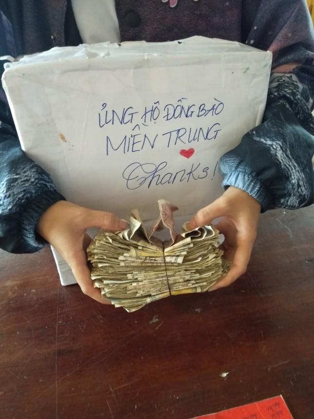 Lớp học góp tiền ăn sáng để ủng hộ miền Trung: Một miếng khi đói bằng một gói khi no ảnh 1