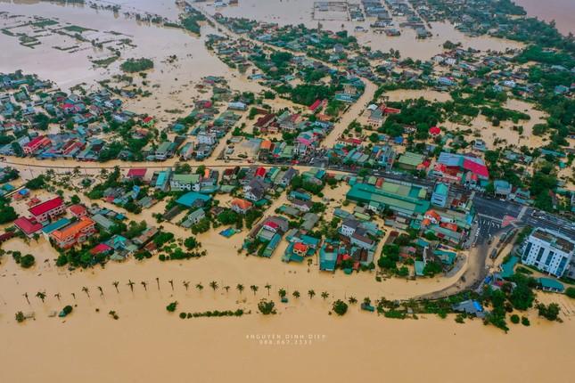 """Chùm ảnh Quảng Trị ngập trong """"biển"""" lũ chụp từ flycam: Thương lắm, miền Trung ơi! ảnh 8"""
