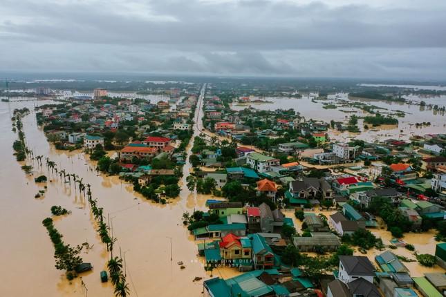 """Chùm ảnh Quảng Trị ngập trong """"biển"""" lũ chụp từ flycam: Thương lắm, miền Trung ơi! ảnh 9"""