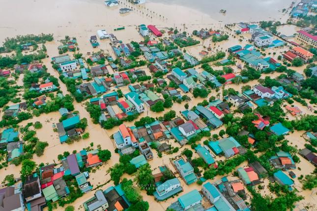 """Chùm ảnh Quảng Trị ngập trong """"biển"""" lũ chụp từ flycam: Thương lắm, miền Trung ơi! ảnh 12"""