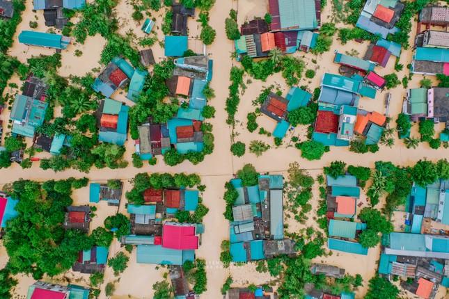 """Chùm ảnh Quảng Trị ngập trong """"biển"""" lũ chụp từ flycam: Thương lắm, miền Trung ơi! ảnh 13"""