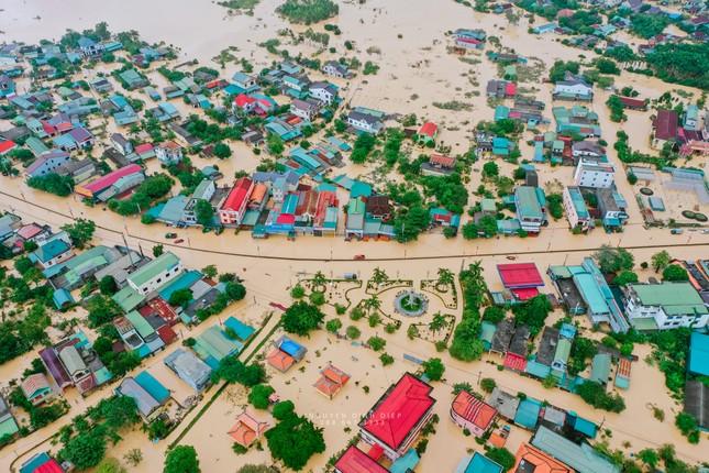"""Chùm ảnh Quảng Trị ngập trong """"biển"""" lũ chụp từ flycam: Thương lắm, miền Trung ơi! ảnh 7"""