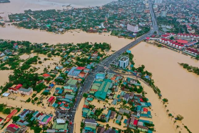 """Chùm ảnh Quảng Trị ngập trong """"biển"""" lũ chụp từ flycam: Thương lắm, miền Trung ơi! ảnh 10"""