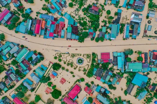 """Chùm ảnh Quảng Trị ngập trong """"biển"""" lũ chụp từ flycam: Thương lắm, miền Trung ơi! ảnh 11"""