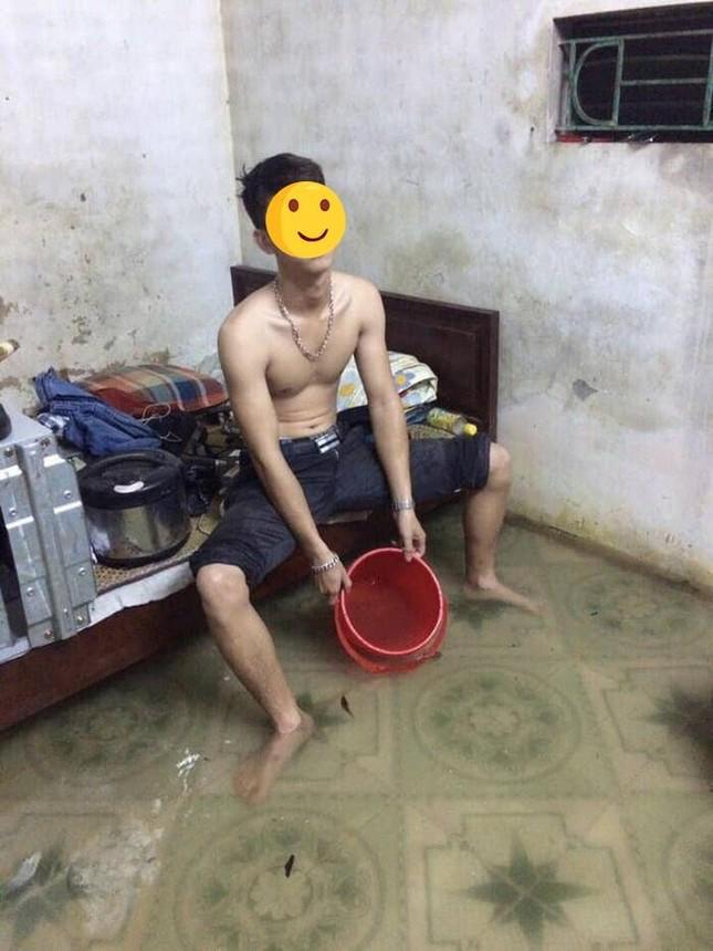 """Sinh viên miền Trung xoay sở mùa mưa lũ: Gió quật bay cả mái nhà, """"câu cá"""" trong phòng trọ ảnh 5"""