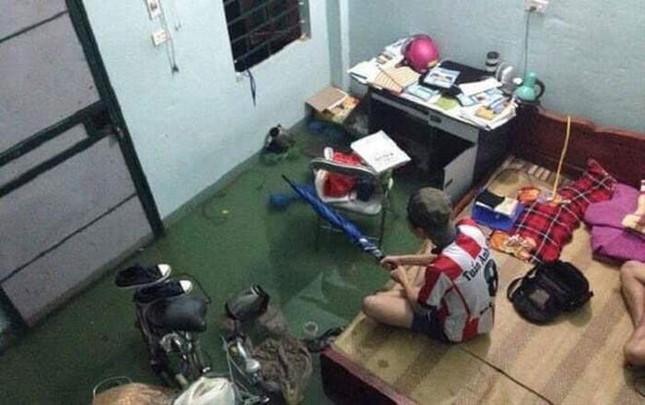 """Sinh viên miền Trung xoay sở mùa mưa lũ: Gió quật bay cả mái nhà, """"câu cá"""" trong phòng trọ ảnh 3"""