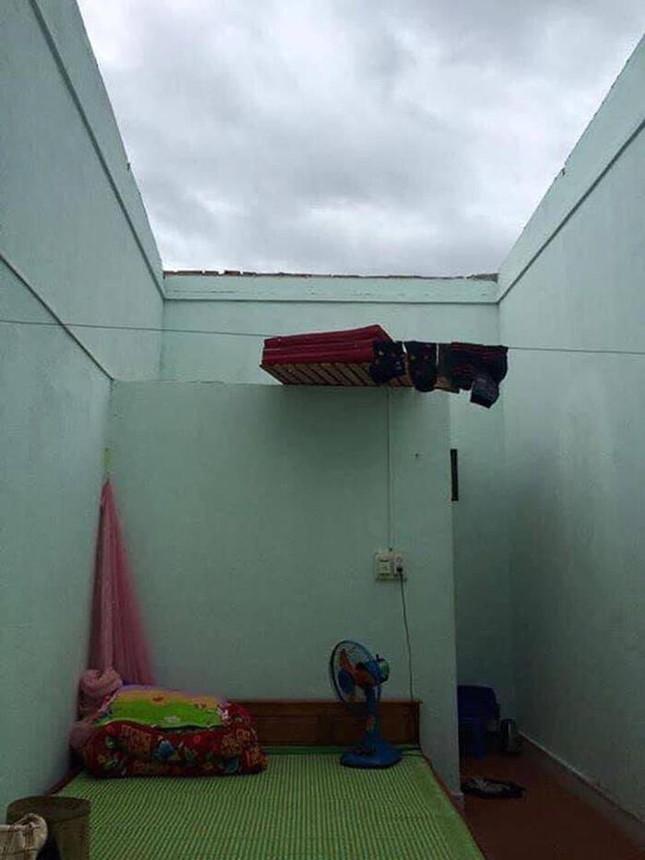 """Sinh viên miền Trung xoay sở mùa mưa lũ: Gió quật bay cả mái nhà, """"câu cá"""" trong phòng trọ ảnh 6"""