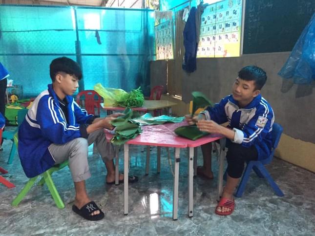 Nghệ An: Teen cùng thầy cô thức trắng đêm gói bánh chưng cứu trợ đồng bào miền Trung ảnh 4